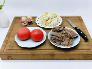 了不起的小番茄+番茄牛肉鸡蛋面,准备食材。