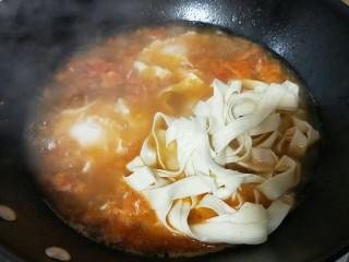 了不起的小番茄+番茄牛肉鸡蛋面,加入宽面,大火将面煮熟即可。