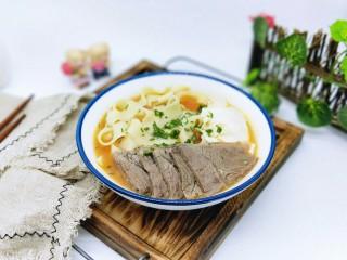 了不起的小番茄+番茄牛肉鸡蛋面,将煮熟的面盛出,将酱牛肉放去面碗中。