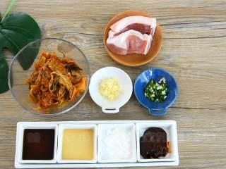 辣白菜炒五花肉—午餐把韩式料理带进办公室, ·食材· 【主料】五花肉 150克|辣白菜 150克|韩式辣酱 2勺 【辅料】:生抽 1勺|料酒 1勺|葱末 少许|淀粉 1勺|姜末 少许|