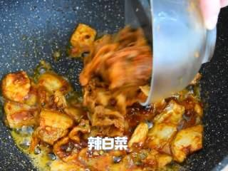 辣白菜炒五花肉—午餐把韩式料理带进办公室,再倒入辣白菜炒匀,即可。