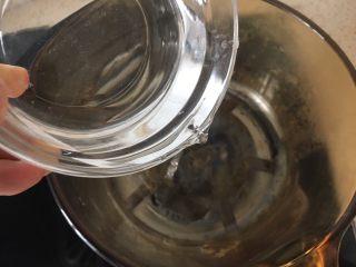 宝宝辅食:手指泡芙,好吃又好做,60克水和10克油倒入锅中,小火煮开;