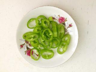 杂蔬意面烘蛋饼,尖椒去蒂,去籽,切成辣椒圈