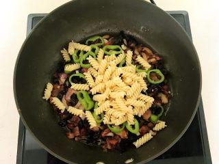 杂蔬意面烘蛋饼,加入煮好的螺丝面,翻炒均匀