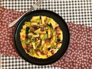 杂蔬意面烘蛋饼,杂蔬意面烘蛋饼有菜,有肉,有蛋,有饭有菜,色彩艳丽,营养丰富~