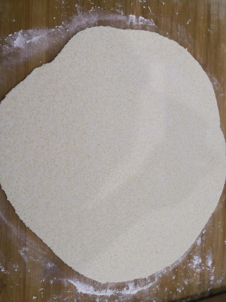 小米锅巴,醒好的面团擀成薄片。