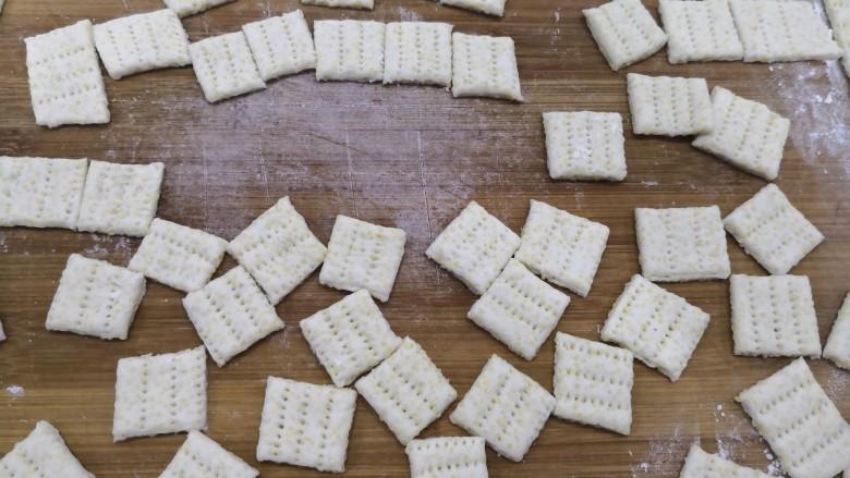 小米锅巴,切成小片状。