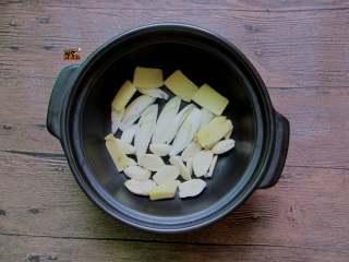 济南把子肉,用砂锅或者闷罐,底铺一层葱姜蒜