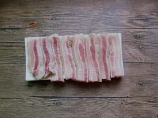 济南把子肉,带皮五花肉切2cm厚的片
