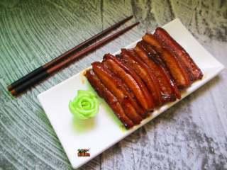 济南把子肉,火候足到,一起封,香气四溢。趁热连肉带汁浇在白米饭上,十分鲜美
