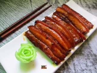济南把子肉,把子肉虽由浓油赤酱熬制,却并不咸,刚好用来下饭。