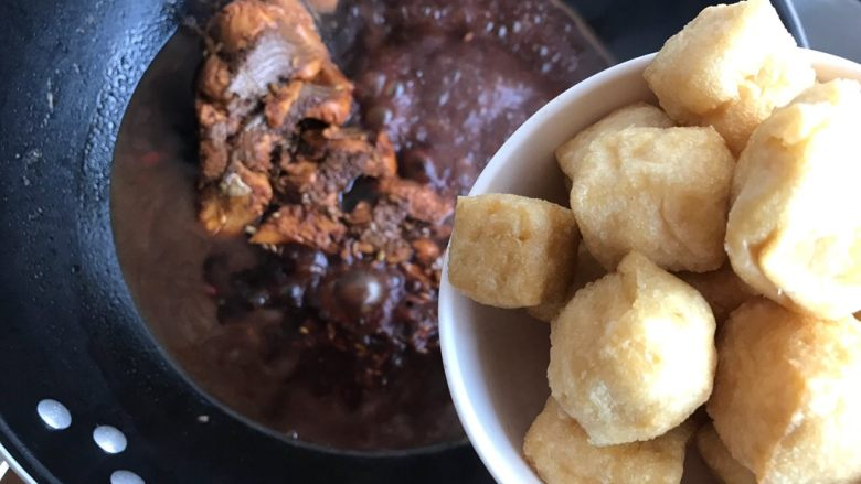 油豆腐黄豆芽炖鱼尾,20分钟后加入油豆腐