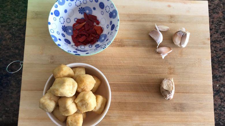 油豆腐黄豆芽炖鱼尾,准备好其他食材