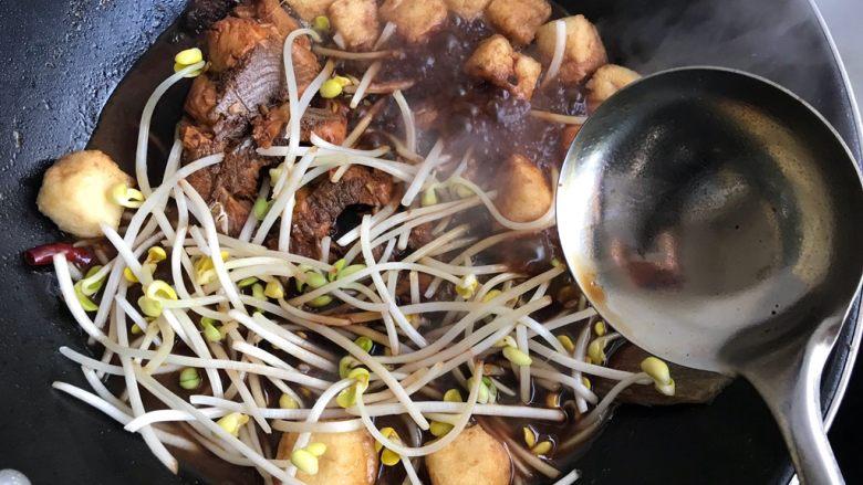 油豆腐黄豆芽炖鱼尾,搅拌均匀之后盖上锅盖再煮5分钟