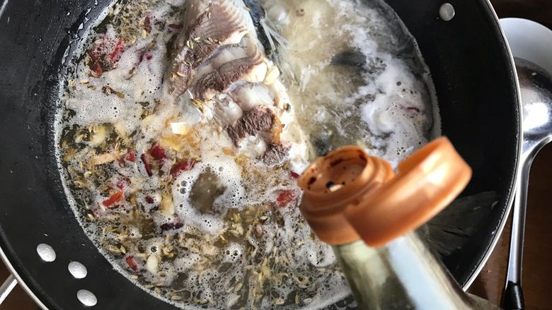 油豆腐黄豆芽炖鱼尾,加适量酱油
