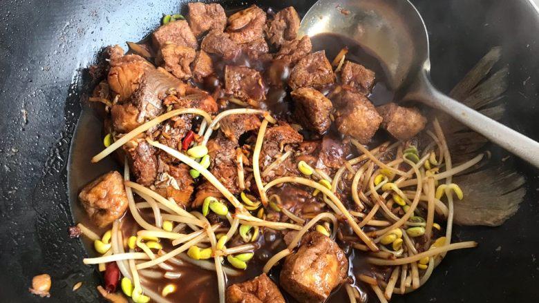 油豆腐黄豆芽炖鱼尾,时间到,打开锅盖,转大火,汤汁收紧,即可
