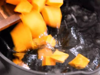 周末营养早餐—— 南瓜小米粥,沸水下南瓜块,煮5分钟
