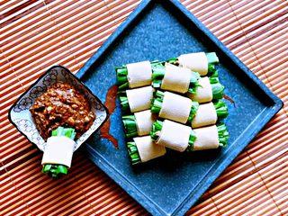 豆皮油麦菜卷,豆皮油麦菜卷做好了,清脆爽口,咸香适宜,少盐无油,营养丰富。