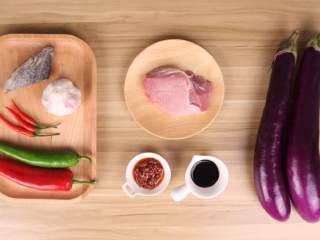 鱼香茄子煲,准备好材料