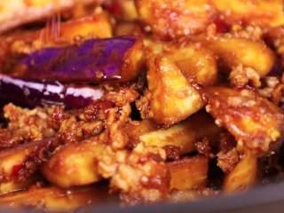 鱼香茄子煲,在砂锅底刷上一层油,倒入炒好的茄子,加入小辣椒段盖上,中火5分钟