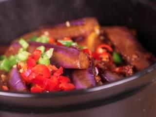 鱼香茄子煲,再开锅加入青椒碎、红椒碎,关火焖5分钟,马上开吃!