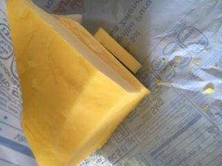 蛋黄炼乳卷,等面团揉至扩展阶段后加入黄油,继续揉,直到出膜即可。