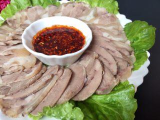 夏日凉菜—白切猪肘,酱汁摆放盘中