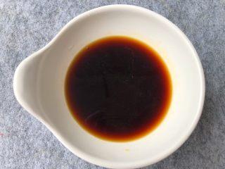 葱姜炒蟹,取一小碗,放入20g生抽,10g料酒,5g鸡精,5g白糖,8g蚝油,搅拌均匀,酱汁就调好了