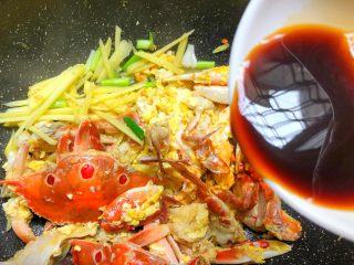 葱姜炒蟹,倒入酱汁,翻炒均匀,盖上盖子焖3分钟