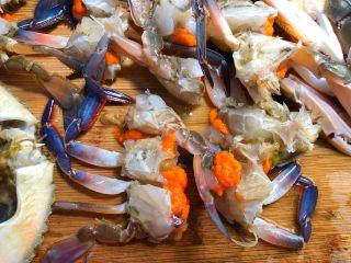 葱姜炒蟹,把三眼蟹切成小块