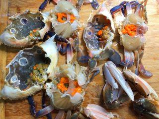 葱姜炒蟹,把三眼蟹背上的壳撬开(用筷子从屁股处撬开)