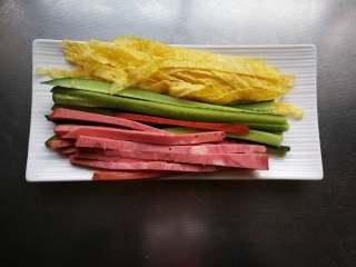 糖果式紫菜包饭,黄瓜、火腿也切成条