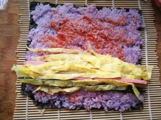 糖果式紫菜包饭,放入黄瓜条、火腿条和鸡蛋条。