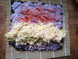 糖果式紫菜包饭, 撒一层肉松。