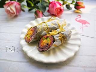 糖果式紫菜包饭,用锋利的刀斜着切开。两端可以用丝带或麻绳扎起来。