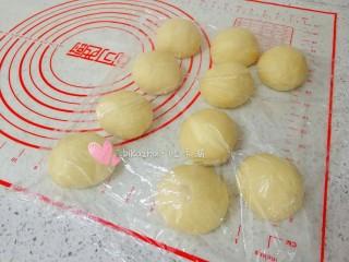 豆沙面包,分割成10等份松弛15分钟