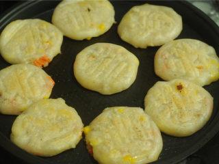 玉米马蹄水晶饼,电饼铛刷油,将蒸熟的饼放进去,煎成两面浅金黄色即可。