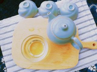 春季茶饮,绿茶&玫瑰茉莉茶,泡制一分钟,倒出茶汤,闭上眼睛,闻一闻茶香,清香怡人。 抿一口茶汤,微苦之后是清甜爽口,带来春天的气息
