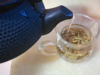 春季茶饮,绿茶&玫瑰茉莉茶,冲泡绿茶,不宜用滚开水,用85-90度开水冲泡,以更好的保留绿茶中的维生素和茶多酚。