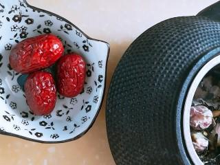 春季茶饮,绿茶&玫瑰茉莉茶,脾虚胃寒的人可加三颗红枣,三颗红枣洗净