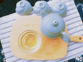 春季茶饮,绿茶&玫瑰茉莉茶,出汤。可以再次冲泡饮用。玫瑰花的香气、茉莉花茶的清甜、红枣的甘甜,融合出格外清新怡人的味道,根据体质加入红枣,则更适合脾虚胃寒的人饮用。