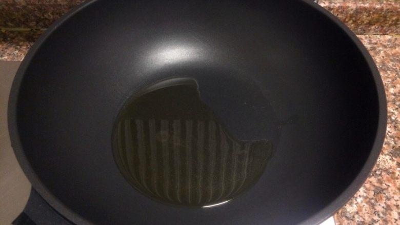 香菇滑鸡,热锅倒油烧至八成热。