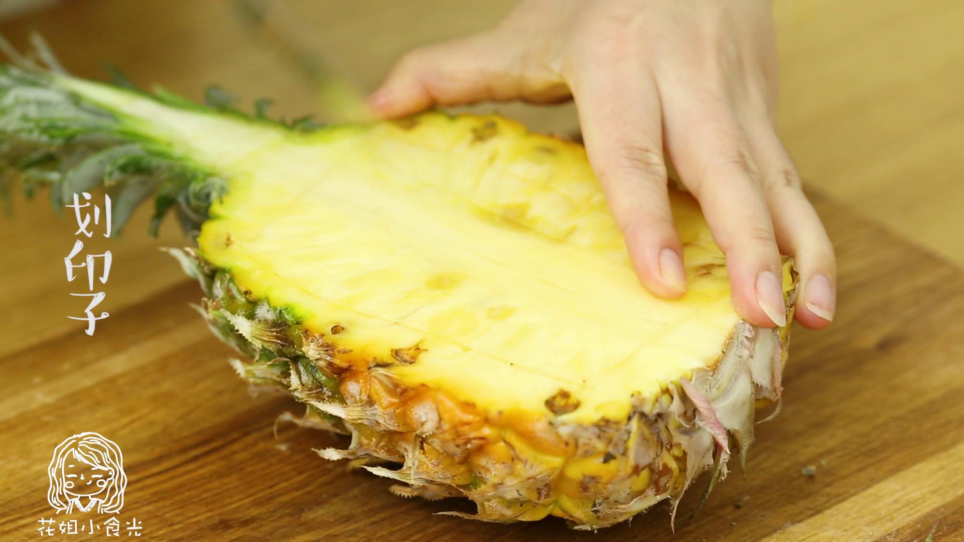 18m+菠萝炒饭,首先,将菠萝对半切开,在菠萝上划印子,将菠萝肉挖出备用~</p> <p>Tips:注意不要划通哈~