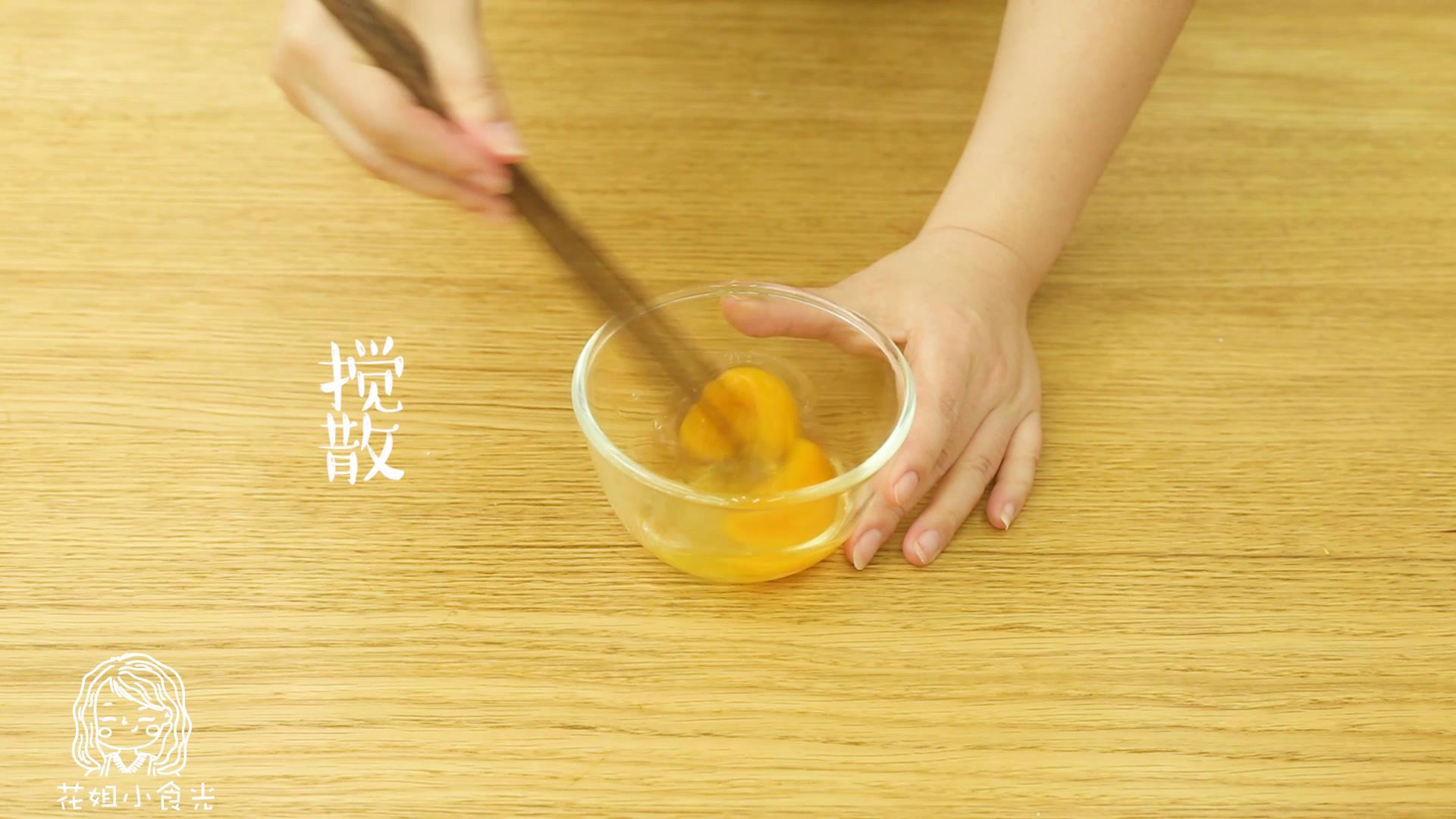 18m+菠萝炒饭,将两个鸡蛋打散搅拌,加入一丢丢水~</p> <p>tips:这样炒出来的鸡蛋更嫩哦