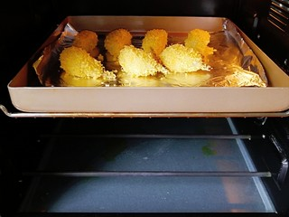 无油鲜虾可乐饼,烤箱180度预热10分钟,放入烤盘,170度上下火中层烤20分钟即可