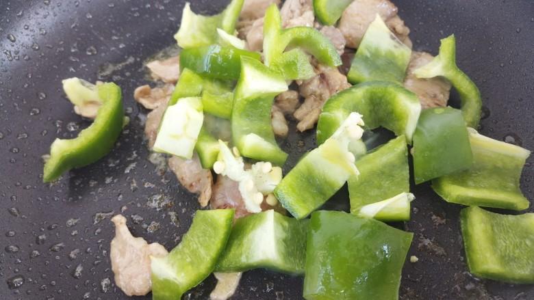 牛肉炒青椒,加入青椒