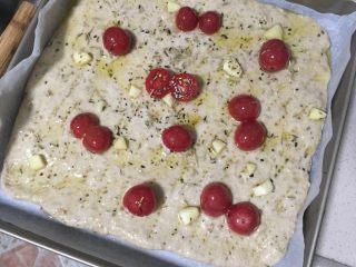 面包不吃甜就吃咸的———佛卡夏面包,将小番茄放上和蒜片均匀放置在薄饼上,大蒜轻戳入薄饼中,静置二次发酵至两倍大即可