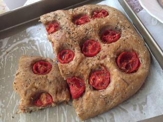 面包不吃甜就吃咸的———佛卡夏面包,这是之前做的,烤制好的面包酥脆软酥,香料扑鼻而来~烤好稍晾凉片刻即可以开动咯~~温热时口感更好哦,入一次坐了吃不完,要吃的时候可以稍稍加热烤制几分钟。