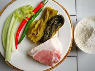 酸菜肉丝面疙瘩,主食材洗净,备面粉;