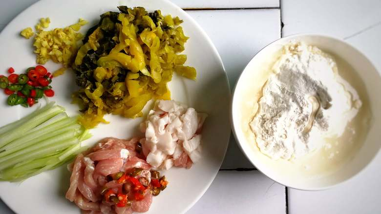 酸菜肉丝面疙瘩,肥肉切粒,瘦肉切条,其他食材切好备用,另中途多加了两粒泡椒;面粉加适量水搅拌;